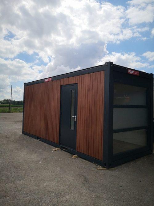 Module container préfabriqué avec baie vitrée construction modulaire 20 pieds avec porte et bardage exterieur en bois exotique Goliat Containers
